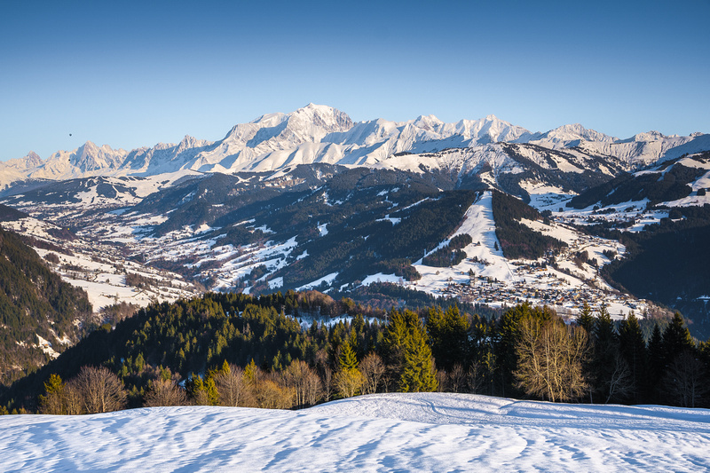 Le Mont Blanc et les stations de ski du val d'Arly sous la neige