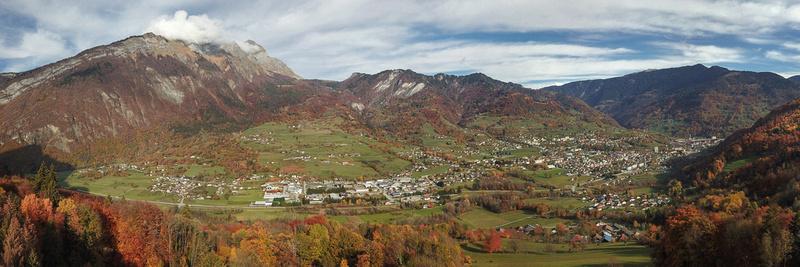 Panorama automnal sur Ugine, entre le Mont Charvin et le Mont Bisanne