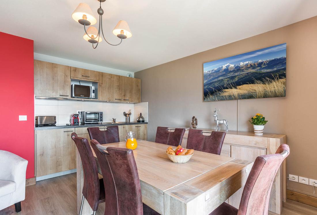Décoration intérieure (tableau photo de paysage des Alpes) dans un appartement situé dans une station de montagne