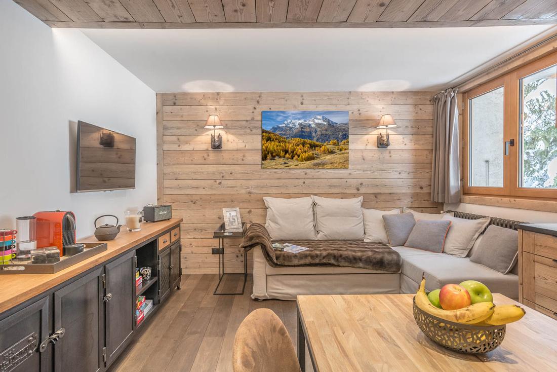 Décoration murale (tableau photo de paysage de montagne) dans un appartement situé dans une station de ski