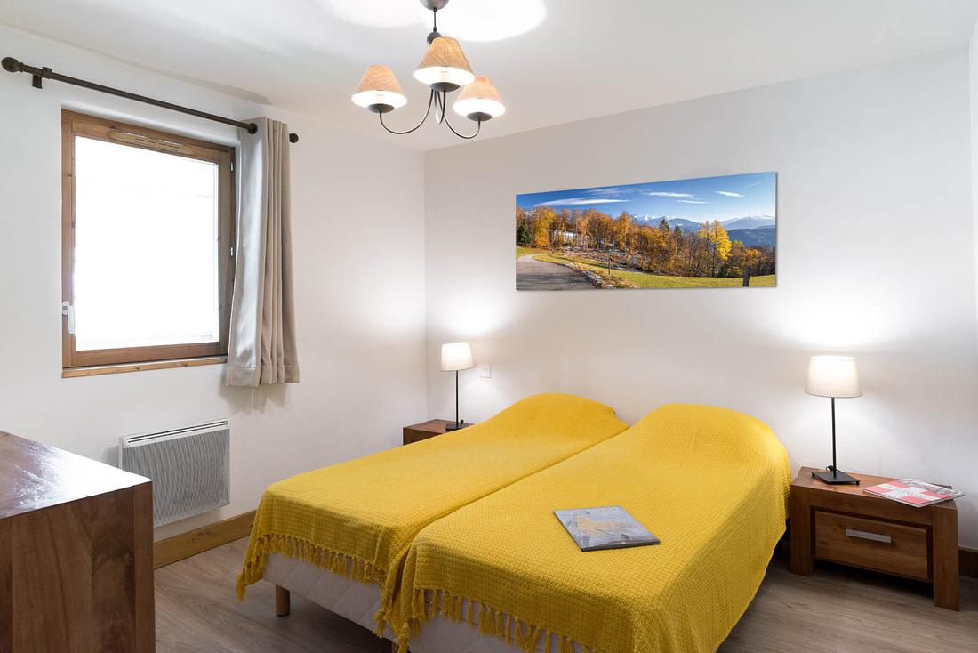 Décoration (tableau photo de paysage de montagne) dans un appartement situé dans une station de ski dans les Alpes