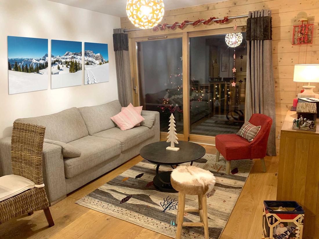 Décoration d'intérieur dans le salon d'un appartement à la montagne : paysage des Alpes enneigées scindé en 3 tableaux