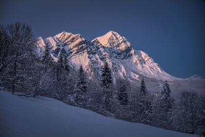 Le Mont Charvin à la tombée du jour, vu depuis Marthod