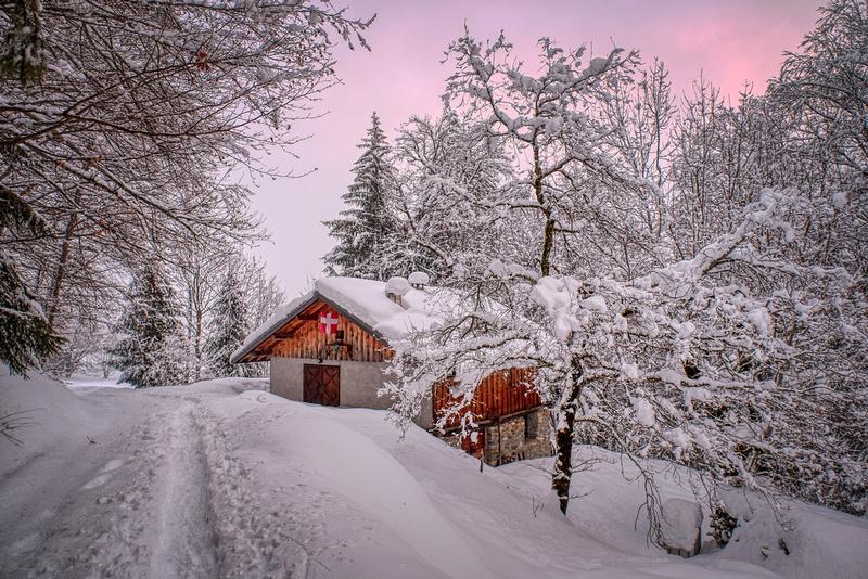 Un chalet dans la neige sur la route du Raffort, à Marthod