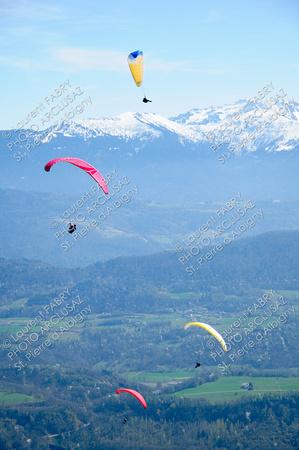Voiles de parapente sur paysages de montagne